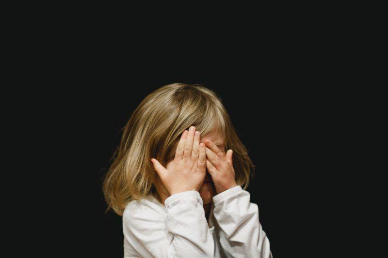 El derecho a la intimidad del menor se encuentra altamente protegido en nuestro ordenamiento jurídico pues el incumplimiento de este puede alterar el correcto desarrollo físico, mental y moral del menor y empañar en definitiva su derecho al libre desarroll