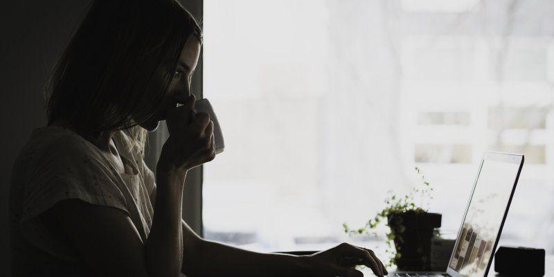 Como es conocido cualquier trabajador puede poner fin a su relación laboral con el empresario de forma voluntaria, sin aportar motivo alguno, mediante una renuncia explícita efectuada con el preaviso pertinente.