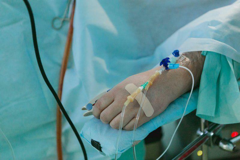 La Ley despenaliza la eutanasia en algunos supuestos, debiendo garantizarse en todo caso la libre decisión del individuo.